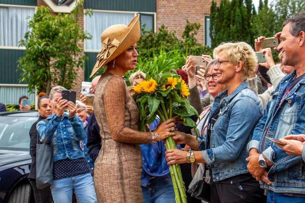Koningin Máxima neemt de zonnebloemen aan van Erica Olthof. Foto: Liesbeth Spaansen  © Achterhoek Nieuws b.v.