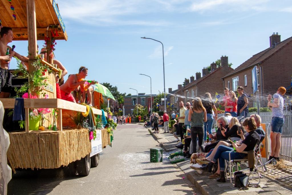 De kermisoptocht in Steenderen, vermaak voor wagenbouwers en publiek. Foto: Achterhoekfoto.nl/Liesbeth Spaansen  © Achterhoek Nieuws b.v.