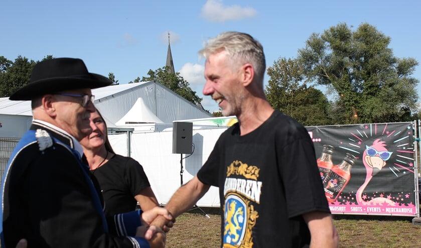 De kersverse kermiskoning Dennis Centen neemt de felicitaties in ontvangst: 'Gewéldig! Foto: Jurgen Siebes