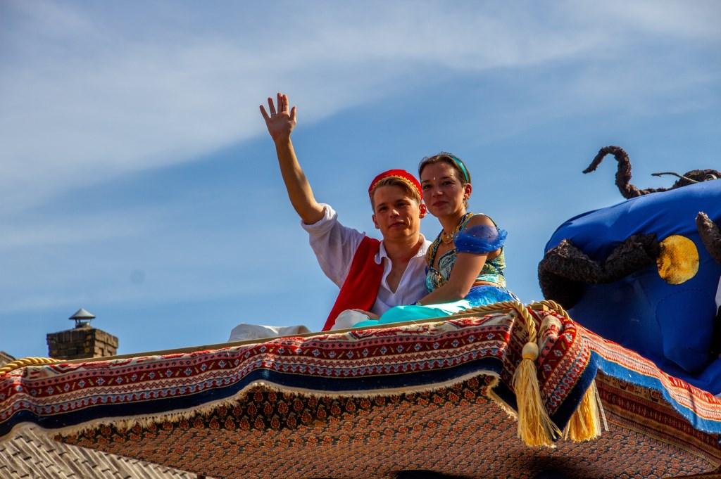 Bouwgroep Eureka scoort met 'Aladin' in de Steenderense kermisoptocht. Foto: Achterhoekfoto.nl/Liesbeth Spaansen  © Achterhoek Nieuws b.v.