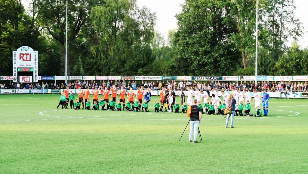 RKZVC en Longa '30 stellen zich voor aan het publiek. Foto: Theo Huijskes  © Achterhoek Nieuws b.v.