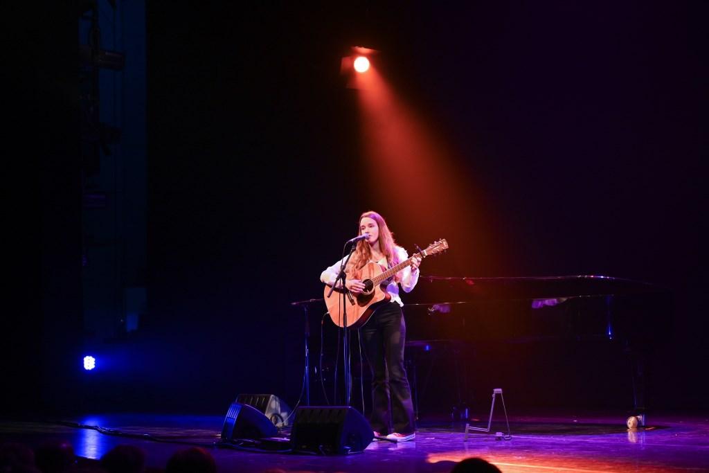 Janna Baerends brengt haar Engelstalige nummers tijdens de finale van Amphion Open. Foto: Achterhoek Foto/Henk den Brok  © Achterhoek Nieuws b.v.