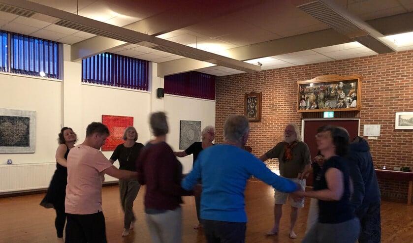 De les begint met een kringdans. Foto: Miriam Szalata