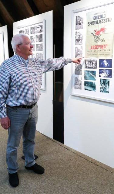 Henny Garstenveld bij 'zijn' expositie in Stadsboerderij Grolle. Foto: Theo Huijskes