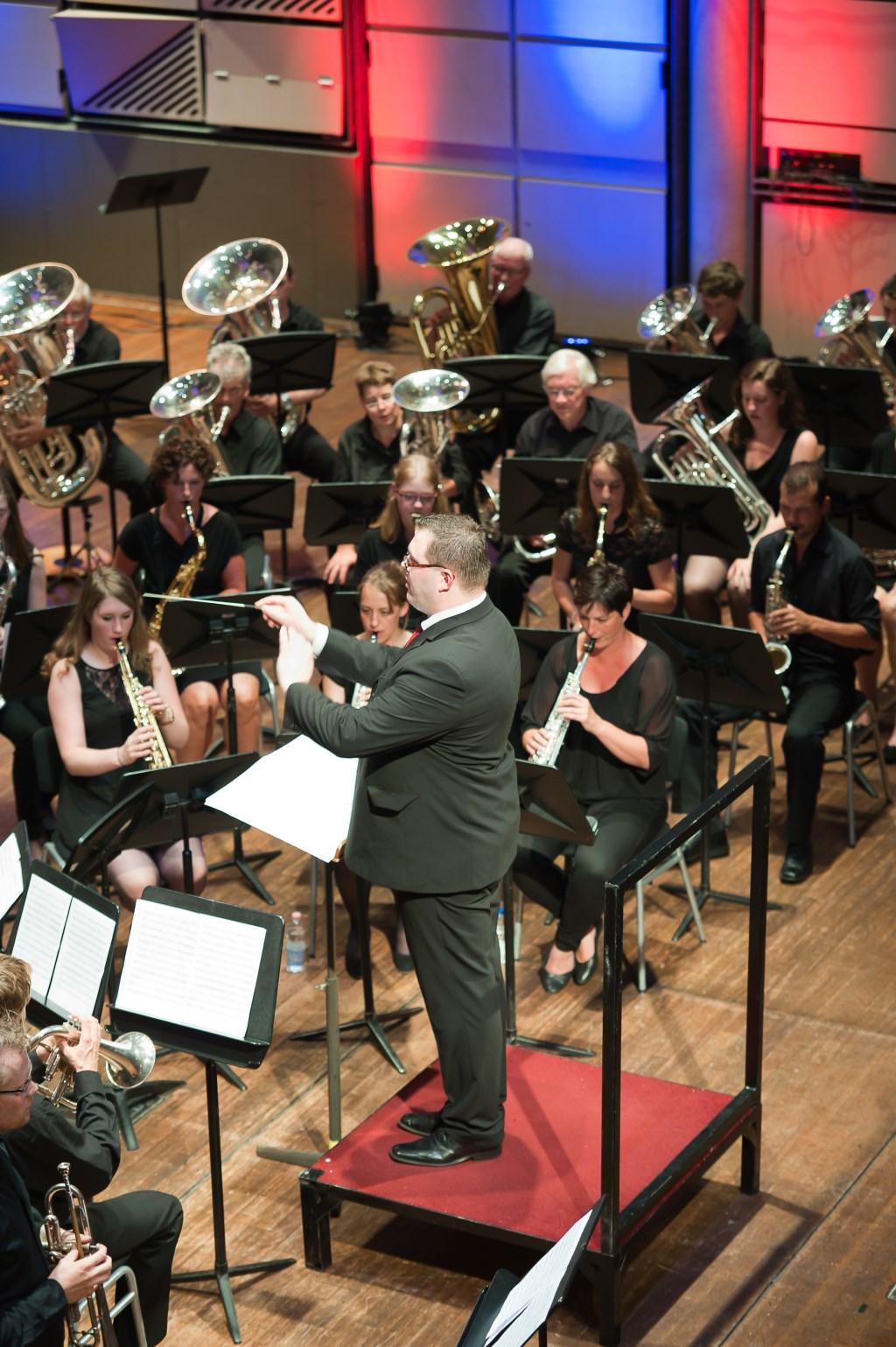 Dirigent bij Concordia in Hengelo Johan Jacobsen. Foto: Benno Wonink - Fotografie  © Achterhoek Nieuws b.v.