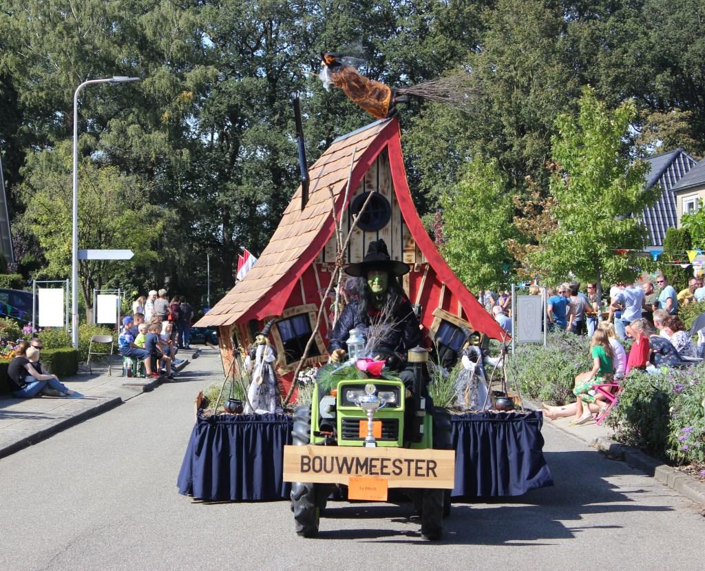 In de categorie auto met aanhanger won de groep Bouwmeester met 'Wij lijken nu op heksen maar heksen kunnen wij nog steeds niet' de eerste prijs. Foto: Grietje Weenk  © Achterhoek Nieuws b.v.