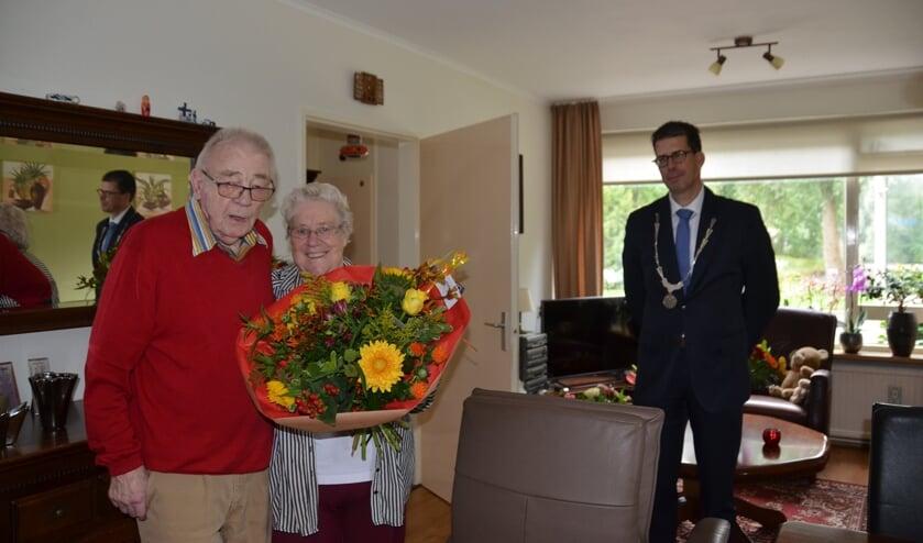 Burgemeester Joost van Oostrum had een prachtig boeket voor Marinus en Gerrie ter Maat. Foto: Bennie ter Maat