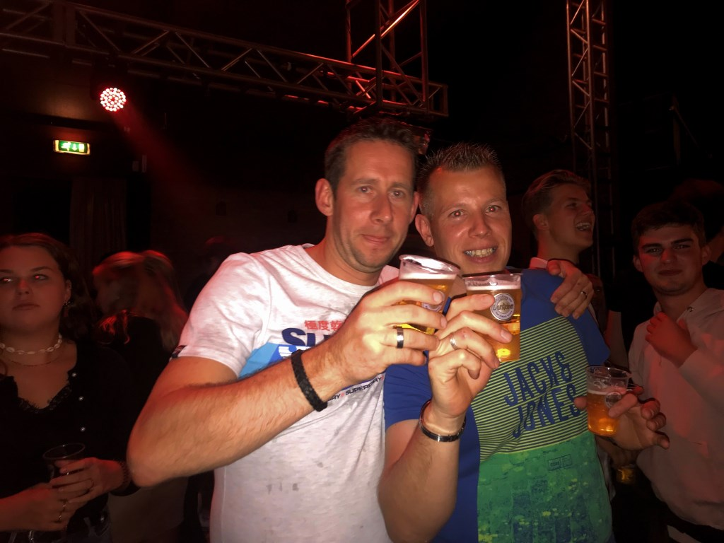 Twee blije mannen proosten samen met een biertje. Foto: Eva Schipper  © Achterhoek Nieuws b.v.