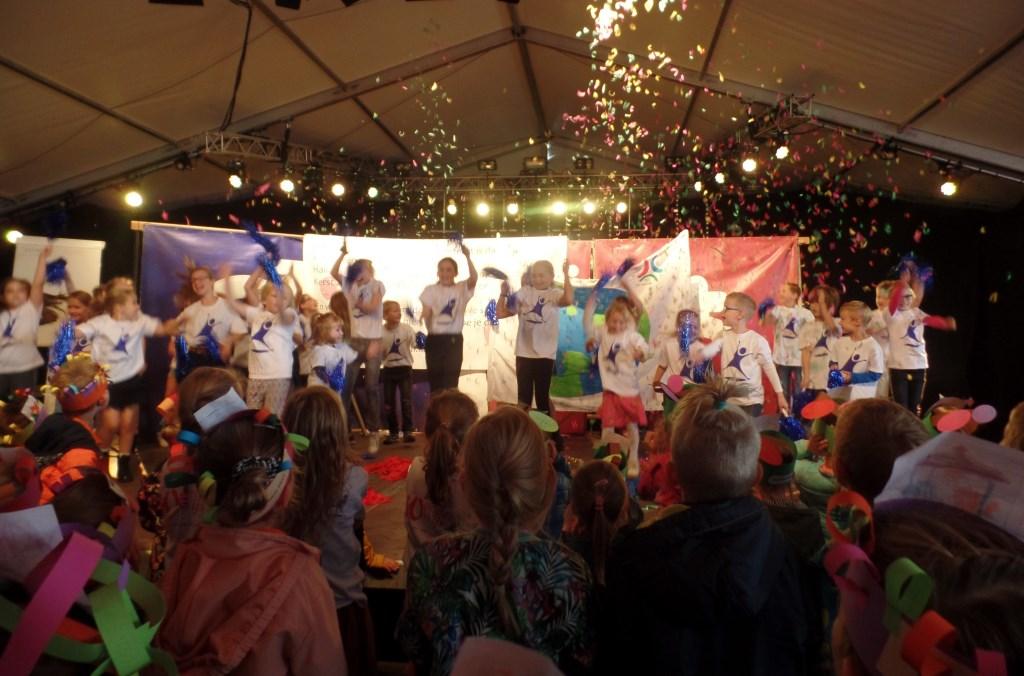 Leerlingen van WonderWijs zorgden voor een spetterende opening van de Septemberfeesten. Foto: Jan Hendriksen.   © Achterhoek Nieuws b.v.