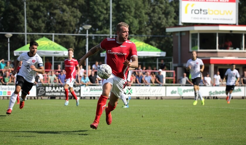 Rik van der Eerden van AZSV in het duel met FC Rijnvogels. Foto: Cor Hinkamp