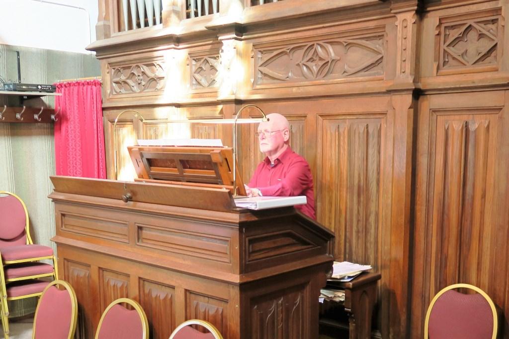 Jan de Leeuw als organist in Zieuwent. Foto: Theo Huijskes  © Achterhoek Nieuws b.v.