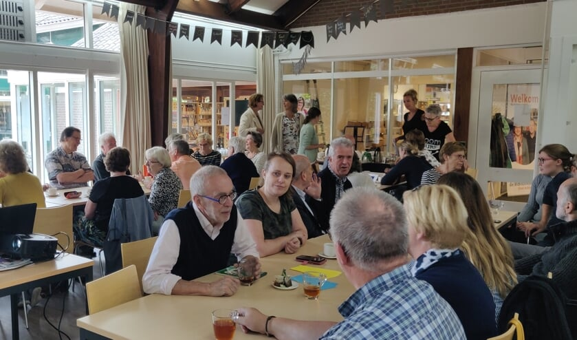 De taalvrijwilligers in de bibliotheek. Foto: Rob Stevens