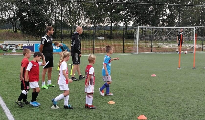 De kinderen krijgen elk kwartier een andere oefening. Foto: Rob Weeber