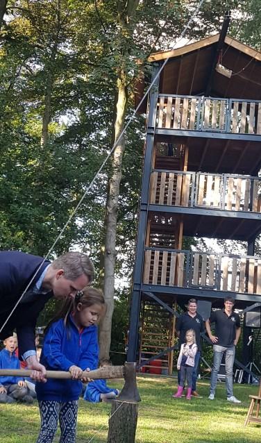 Wethouder Bart Porskamp opent samen met Lizzy Grooten de nieuwe speeltoren van Scouting Groenlo. Foto: Kyra Broshuis