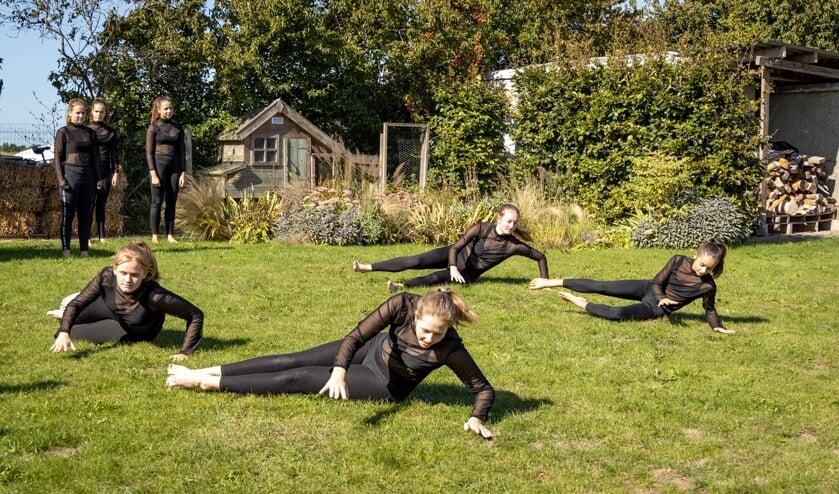 Op het zonovergoten grasveld naast De IJsselstroom dansten vier groepen dansers hun ballet. Foto: Jos Böhmer