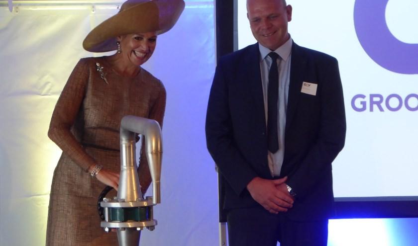 H.M. Koningin Máxima draait de schoonwaterkraan open. Naast haar Joris Groot Zevert. Foto: Rob Weeber