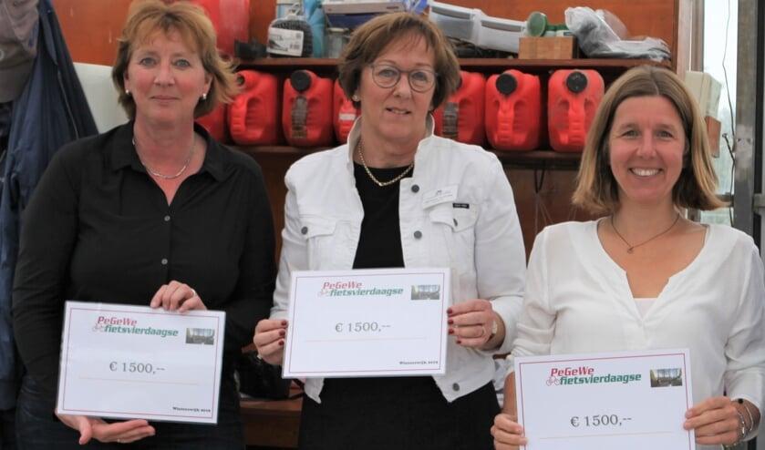 Blije gezichten bij de uitreiking van de cheques. Van links naar rechts Gerdy Schonewille (Kledingbank), Joke Verwey (hospicegroep De Lelie) en Heidi Oonk (zorgboerderij De Olden Gaorden). Foto: PR