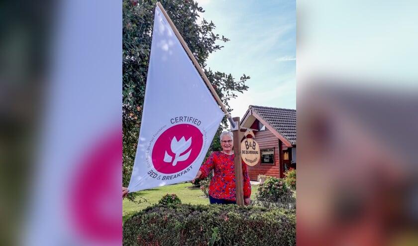 Elly Boesveld is trots op de waardering van twee tulpen voor haar Bed & Breakfast. Foto: PR