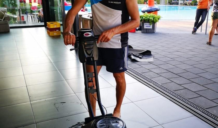 Ernst-Jan achter de nieuwe schrobmachine die dit seizoen het dweilen een stuk eenvoudiger heeft gemaakt. Foto: PR