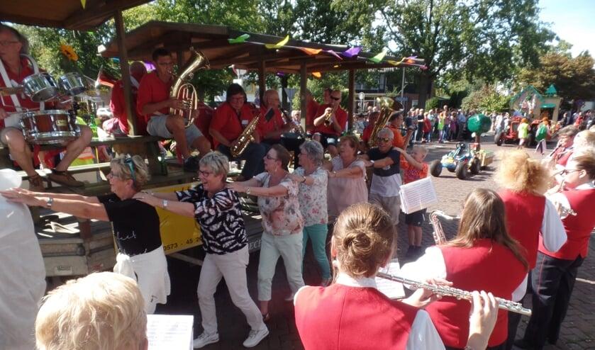 Spontaan brachten de muzikanten van Sophia's Lust een serenade aan De Schaddenstekkers terwijl het publiek een polonaise inzette. Foto: Jan Hendriksen.
