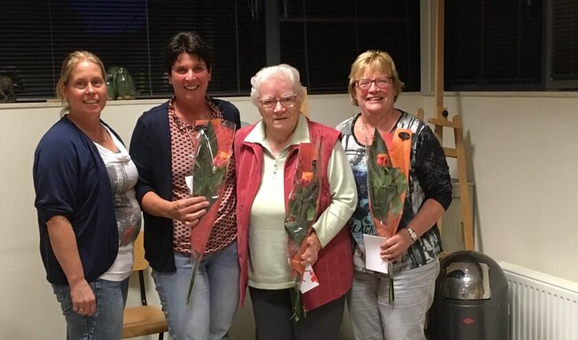 : Door coördinatrice Grietje Weenk werden de collectanten Ina Eggink, Riek Wijkamp en Gerrie Willink die dertig en vijfendertig jaar collecteren gehuldigd (v.l.n.r.). Op de foto ontbreken: Gerda Hulshof en A. Schooltink. Foto: PR.