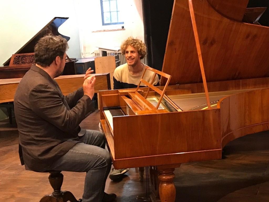 Pianist Mike Boddé en presentator Floris Kortie in het Geelvinck Muziek Museum. Foto: Roland Spek  © Achterhoek Nieuws b.v.