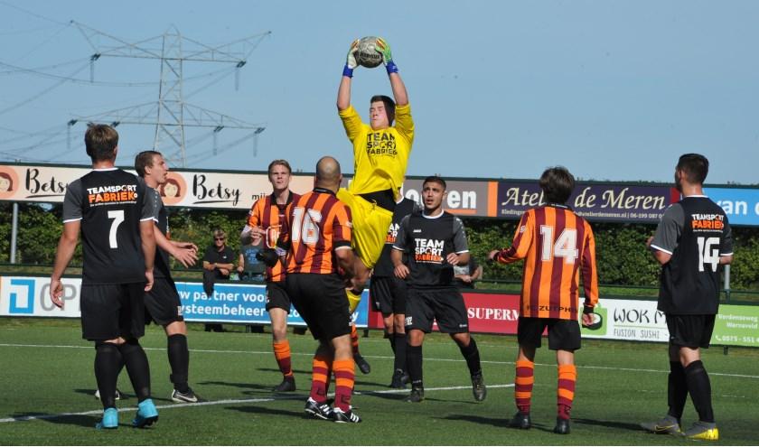 Deze keer had de doelman van Rijssen de bal vast, maar hij kon 8 keer de bal uit het doel halen. Foto: Hans ten Brinke
