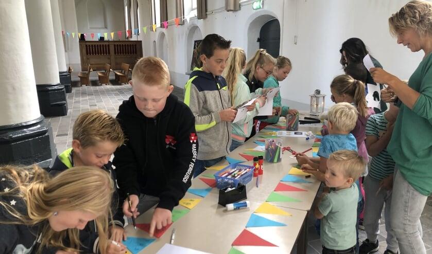 De kinderen maakten met een prachtige slinger het startfeest extra feestelijk. Foto: PR