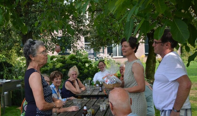 Margo Molenaar overhandigt Alice en Kees een overlevingspakket met Hollandse lekkernijen. Foto: Ton Bouchier