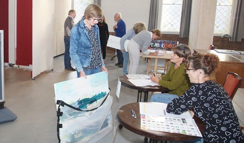 Ineke Weevers levert haar bijdrage voor de centrale expositie in. Foto: Frank Vinkenvleugel