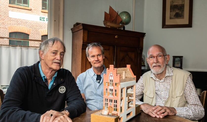 Constant Willems, Michel Groothedde en Sietze Wierda van de Werkgroep Bouwhistorie bij een maquette van een fictief Zutphens huis rond 1400. Foto Henk Derksen