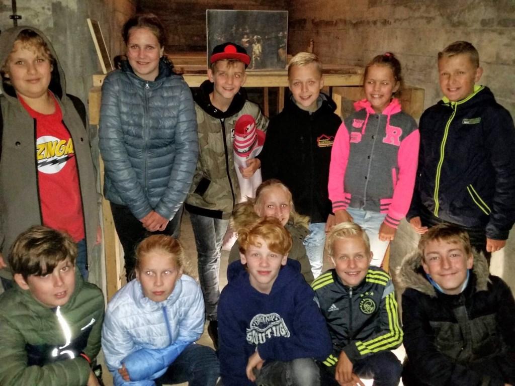 De kinderen bij de kluis in de grot. Foto: Sonja Grooters  © Achterhoek Nieuws b.v.