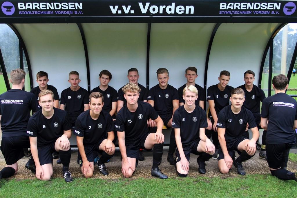 De spelers van JO19-1 laten zien dat zij zeer in hun nopjes zijn met de nieuwe kleding. Foto: PR  © Achterhoek Nieuws b.v.