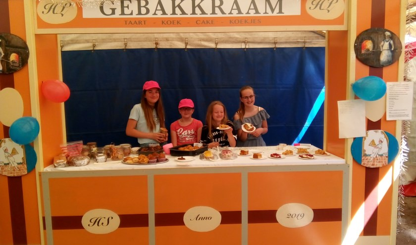 Leerlingen verkopen lekkernijen vanuit de speciale gebakkraam voor het Westerbork-project. Foto: PR