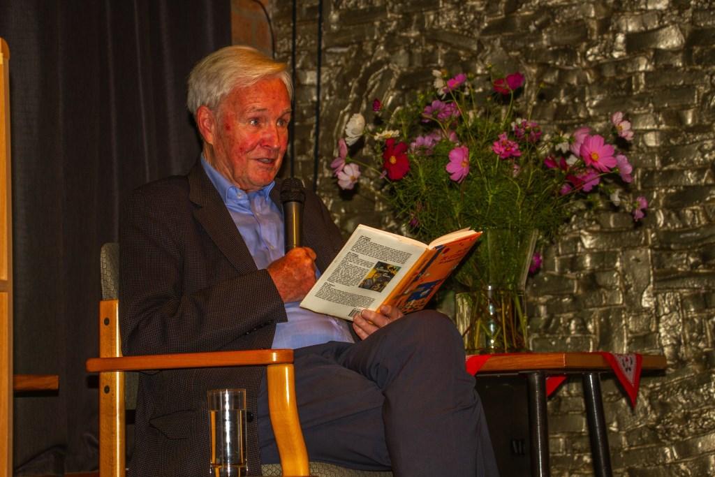 Jan Terlouw leest het korte verhaal: 'Dankdag' voor in de Flopbieb in Toldijk. Foto: Liesbeth Spaansen  © Achterhoek Nieuws b.v.