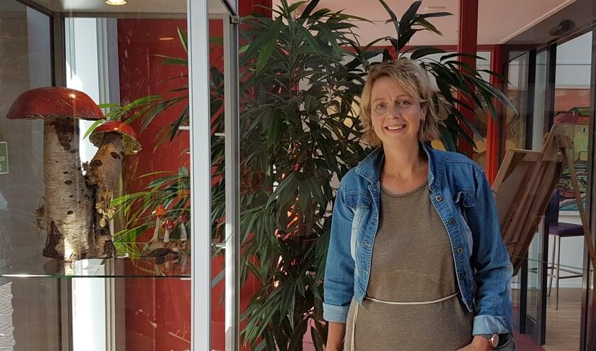 Denise Prinsen bij een vitrine met haar werk in De Huve. Foto: PR
