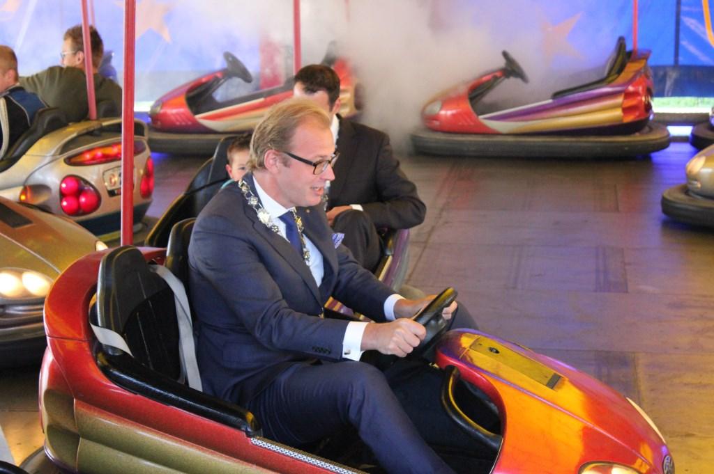 Burgemeester Mark Boumans werd getrakteerd op een ritje in de botsauto's. Foto: Jurgen Siebes Foto: Jurgen Siebes © Achterhoek Nieuws b.v.