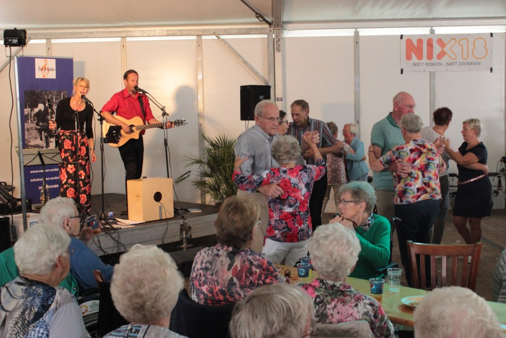 De ouderen beleefden tijdens de Ouderenmiddag veel plezier aan het Duo Een en ander. Foto: Grietje Weenk  © Achterhoek Nieuws b.v.