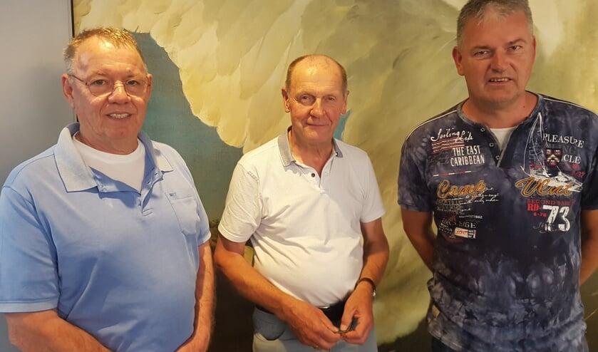Vlnr: Wil van Lith en Martin Wijgerink van Groenkracht en Ruud Krabbenborg van Zonnig Zieuwent. Foto: Kyra Broshuis