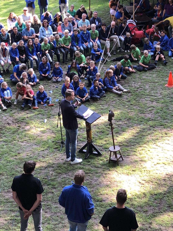 Veel belangstelling voor de opening van de nieuwe speeltoren van Scouting Groenlo. Foto: Kyra Broshuis  © Achterhoek Nieuws b.v.