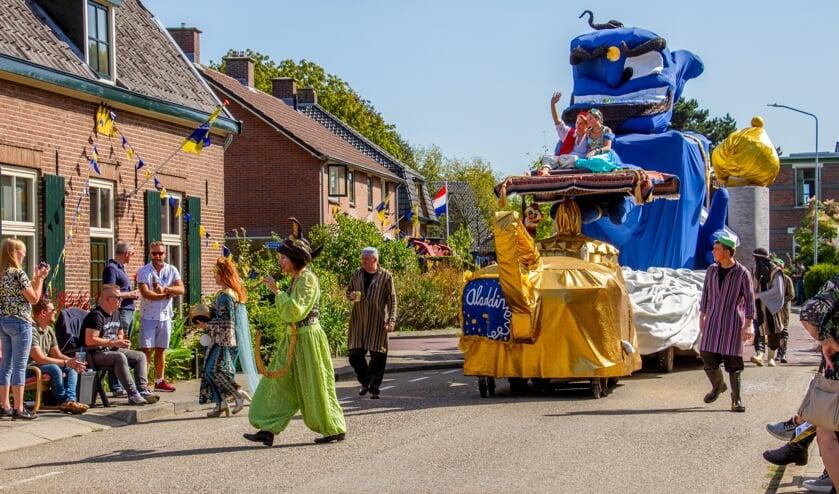 Bouwgroep Eureka scoort met 'Aladin' in de Steenderense kermisoptocht. Foto: Liesbeth Spaansen