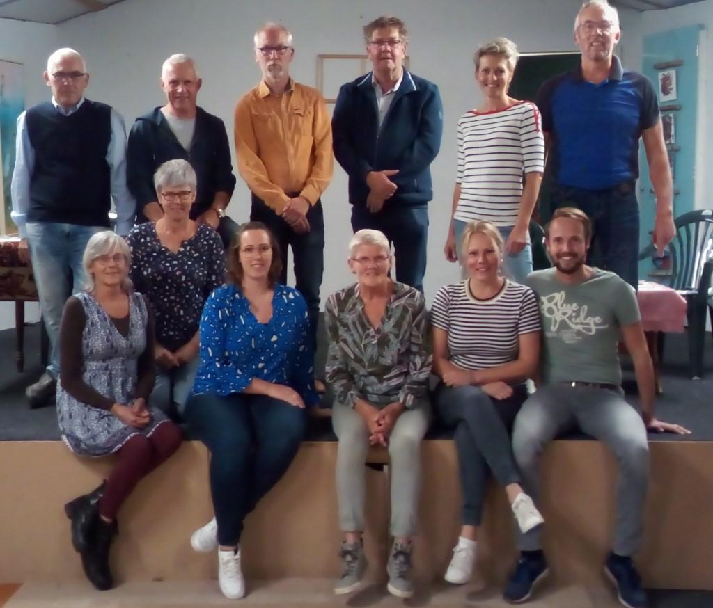 De toneelgroep Linde onder leiding van regisseur Henk Broekgaarden (staande tweede van links). Foto: PR  © Achterhoek Nieuws b.v.
