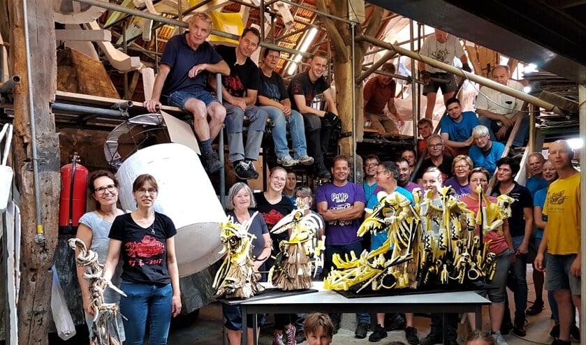 Corsogroep Teeuws met als middelpunt de maquette van Zwarte Magie. Foto: Henri Walterbos