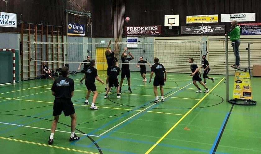 Sportive strijd tijdens stratenvolleybaltoernooi in Hengelo. Foto: Stratenvolleybalcommissie