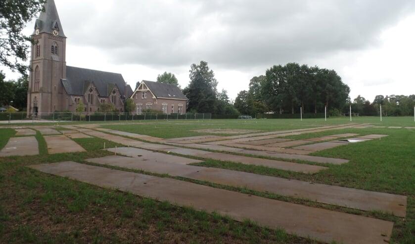 Talloze rij platen geven een beeld waar de kermisattracties worden opgesteld op de Blikmansweide. Foto: Jan Hendriksen.