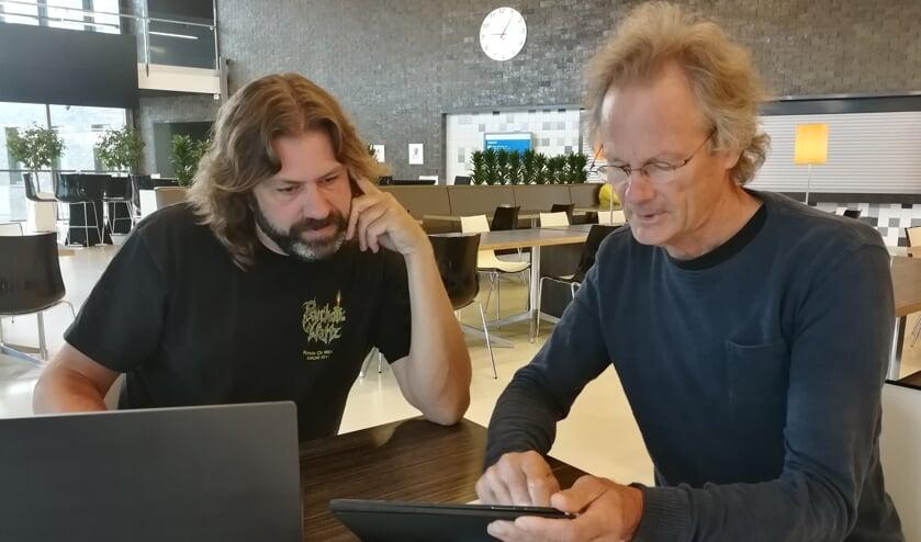 Jaap de Boer (r) legt zijn plan aan Johan Godschalk uit. Foto: Rob Weeber
