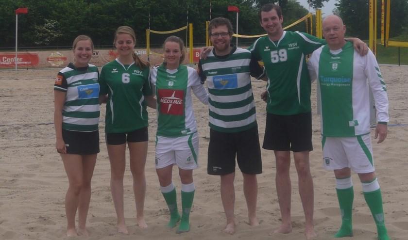 De korfballers, voetballers en volleyballers die samen sporten op het Beach Center om de actie kracht bij te zetten. Foto: PR