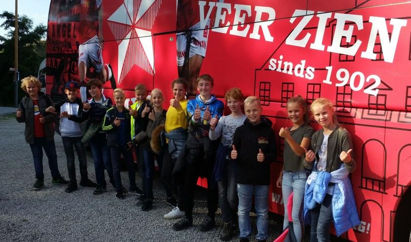 De kinderen en hun begeleiders werden opgehaald met de MVV-spelersbus. Foto: Sonja Grooters