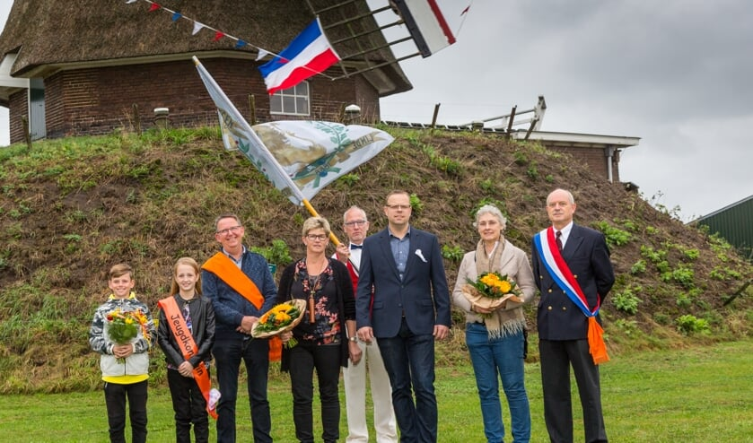 De nieuwe koning, koningin, jeugdprinses bij de Lindesche Molen. Foto Henk Eggink.