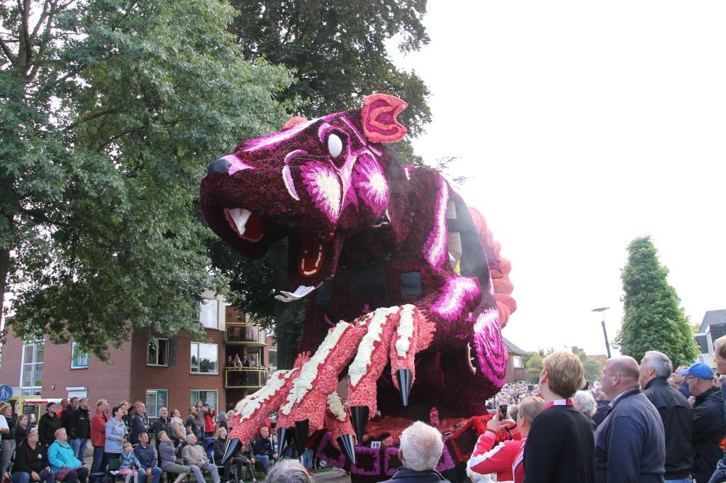 'Rioolrat' door corsogroep Zieuwentseweg. Foto: Annekée Cuppers  © Achterhoek Nieuws b.v.